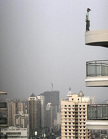 El pasado jueves un hombre no identificado vaciló al borde del tejado de un edificio de 38 pisos durante un aparente intento de suicidio en Xiamen, al sureste de la provincia de Fujian en China.