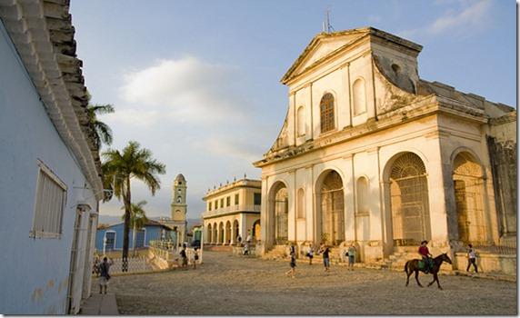 Plaza Mayor frente a la Iglesia de la Santísima Trinidad