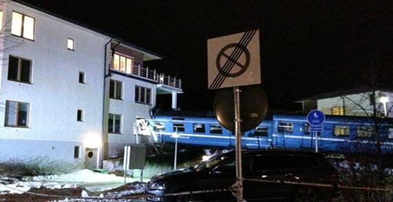 Tåg kraschade in i bostadshus-
