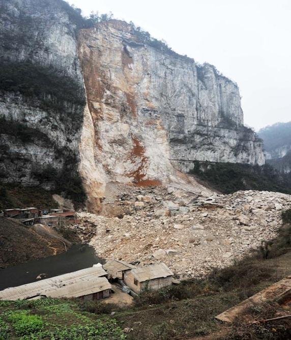Derrumbe de montaña entierra a 5 personas en el suroeste de China