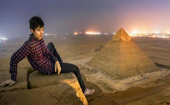 Vitalij Raskalov en la cima de la pirámide