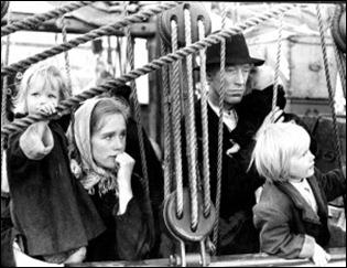 Liv Ullman y Max von Sydow en la pelicula UTVANDRARNA