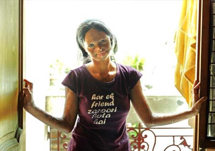 Laksmi, víctiama de ataque de ácido ne la oficina de NGO Stop Acid Attack en New Delhi.