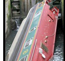 BATH: Barcaza de canal volcó y quedó atrapada en la esclusa