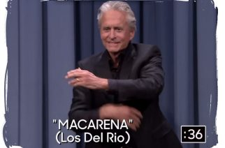 """Michael Douglas baila """"La Macarena"""" ante Jimmy Fallon"""