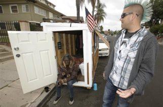 Elvis Summers construyó 'Mini casa' rodante para mujer indigente en Los Ángeles