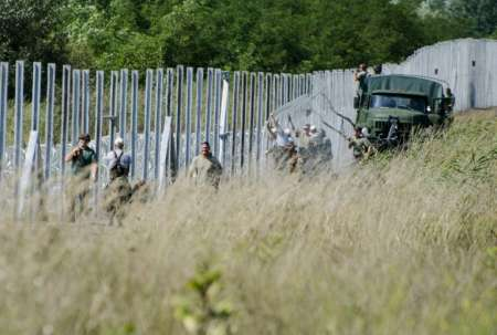 Hungarian soldiers  border fence near  Morahalom, border with Serbia, ( Csaba Segesvari (AFP) )afp-573b3c21b56f2d527f3031d5c257c2824d3278d8