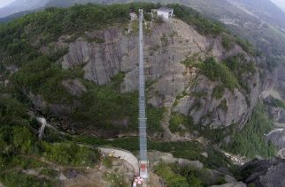 An aerial view shows a glass suspension bridge at the Shiniuzhai National Geo-park in Pinging county, Hunan province, China, September 24, 2015. The 300-metre-long (984 ft) glass bridge, which opened to tourists for the first time on Thursday, spans over a canyon which is about 180-metre-deep (591 ft), local media reported. Picture taken September 24, 2015. REUTERS/Stringer CHINA OUT. NO COMMERCIAL OR EDITORIAL SALES IN CHINA. TPX IMAGES OF THE DAY.      - RTX1SCYU