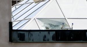 Fue a través de un panel de vidrio en el techo que los ladrones irrumpieron en la empresa de depósito de dinero G4S en Västberga. Foto: Pontus Lundahl / Scanpix.