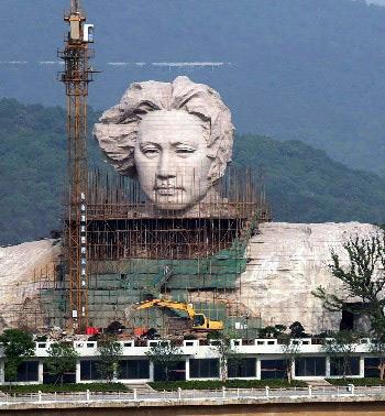 Vista frontal de la estatua