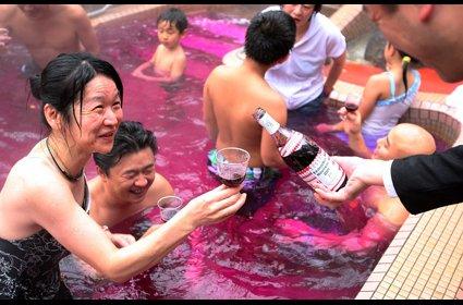 Se bañan en vino tinto