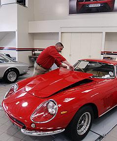 Darran Sexton hechando un vistazo al Ferrari modelo 1966 en el nuevo concesionario de Ferrari en la ciudad.