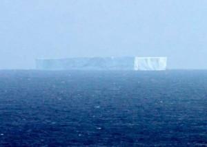 Enorme iceberg a la deriva al S de Australia