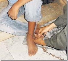 cartagena juli 21 de 2010 Capturan a padres que tenian encadenado a su hijo de 13 años de edad , por que ere indisiplinado. foto policia nacional