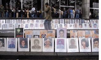 Galería de la Memoria de los desaparecidos y asesinados, instalada en la puerta de la Fiscalía de Medellín.