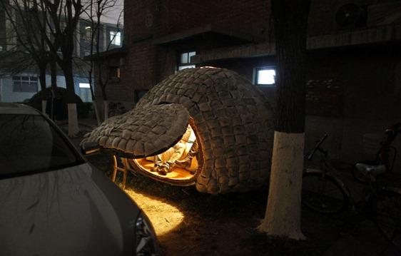 2010年11月30日,戴先生花费6000元,用钢筋做形,用竹条包裹的房子坐落在北京中科科仪大厦院内。整个房子高2米多、长3米、宽2米,房子外部的麻袋内装满了破碎的木屑和草籽,顶部装有一面太阳能电池板,内部有蓄电池供电,在房门完全闭合后,室内温度能够达到4--5摄氏度。 本报记者  赵亢  摄影  刘洋 文