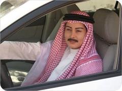 mujer saudí disfrazada de hombre con bigote postizo