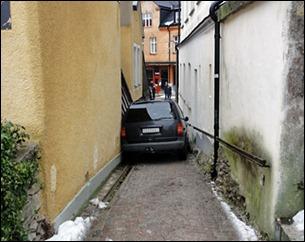 vårdklockegatan que se estrecha en dirección a Wallers plats y el edificio Strikjärnet-