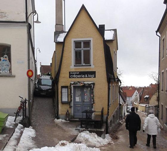 vårdklockegatan que se estrecha en dirección a Wallers plats y la casa Strikjärnet.--