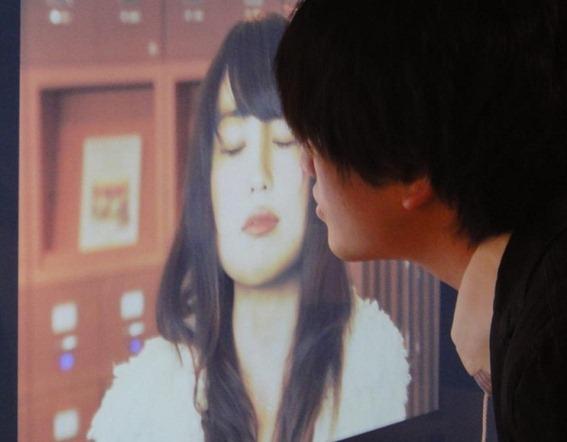 Japoneses desarrollan afiches que se sonrojan cuando los besan1