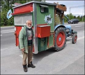 Jens Friese posa orgulloso frente a su tractorcaravana que le llevará ida y vuelta München-Cabo Norte. foto Ingvar Ericsson.
