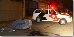 Corpo_de_homem_morto_a_tiros_na_noite_desta_quinta-feira_na_rua_Alfonso_Albuquerque,_na_zona_sul_de_São_Paulo
