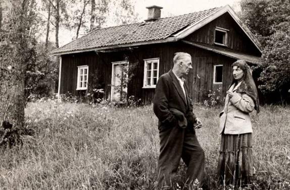 Bilden på det nygifta paret med tio barn som int får köpa en stuga från 1956 ingår i utställningen på Göteborgs stadsmuseum.