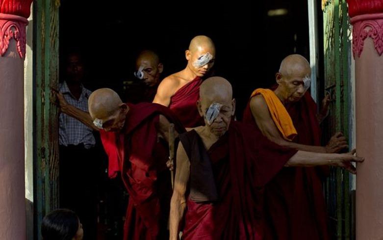 Cirugía levanta velo de oscuridad para los ciegos de Myanmar