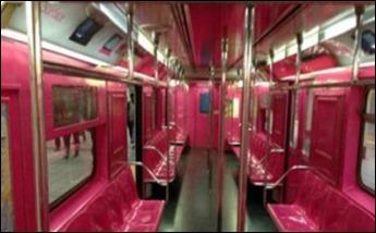 vagão rosa do metrô